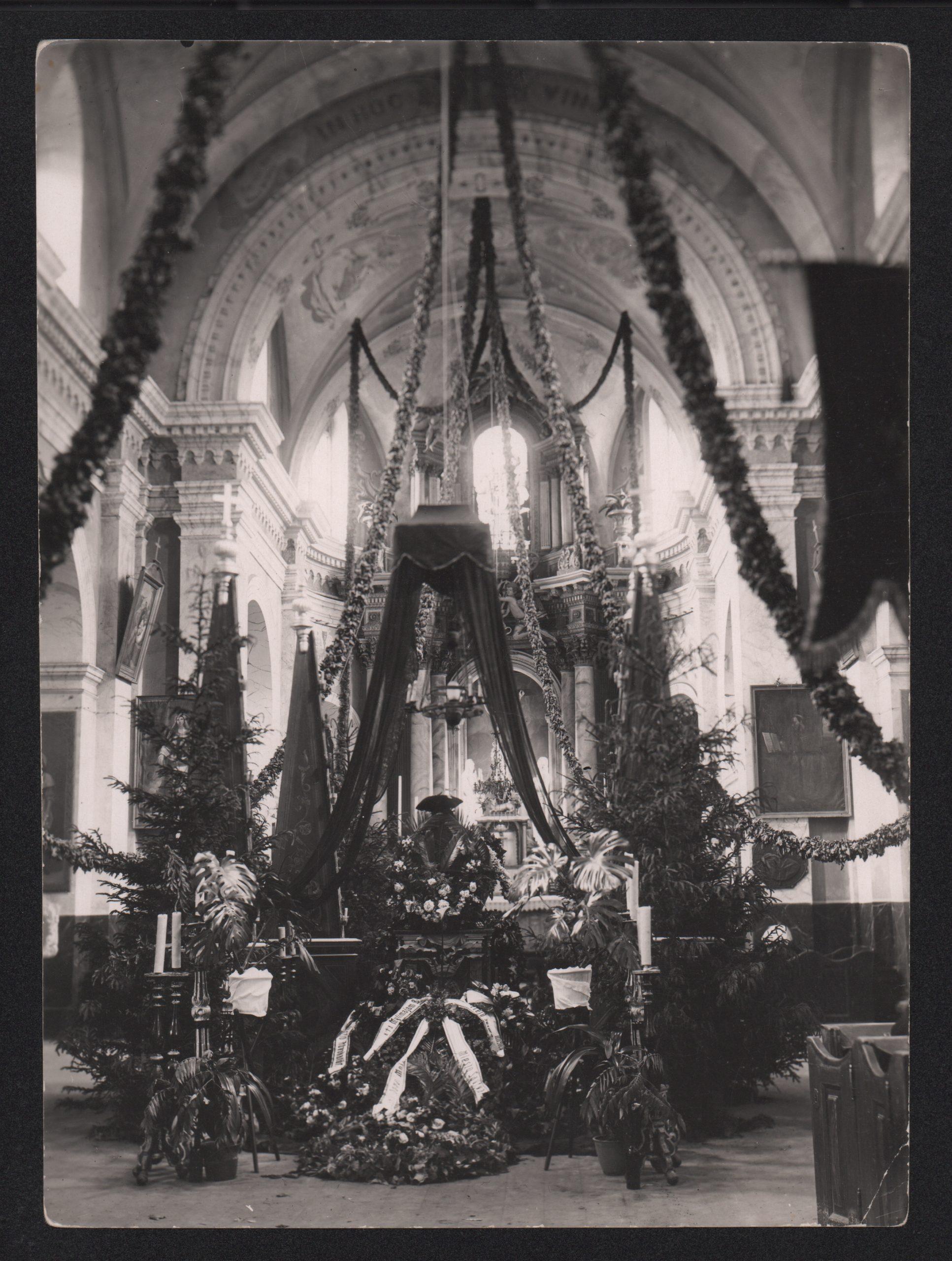 PKM 30862 F9142 Notaro Jono Moigio (1867–1933) laidotuvės: karstas su velionio palaikais Šv. apaštalų Petro ir Povilo bažnyčioje. Panevėžys, 1933 07 13. J. Pauros nuotrauka.