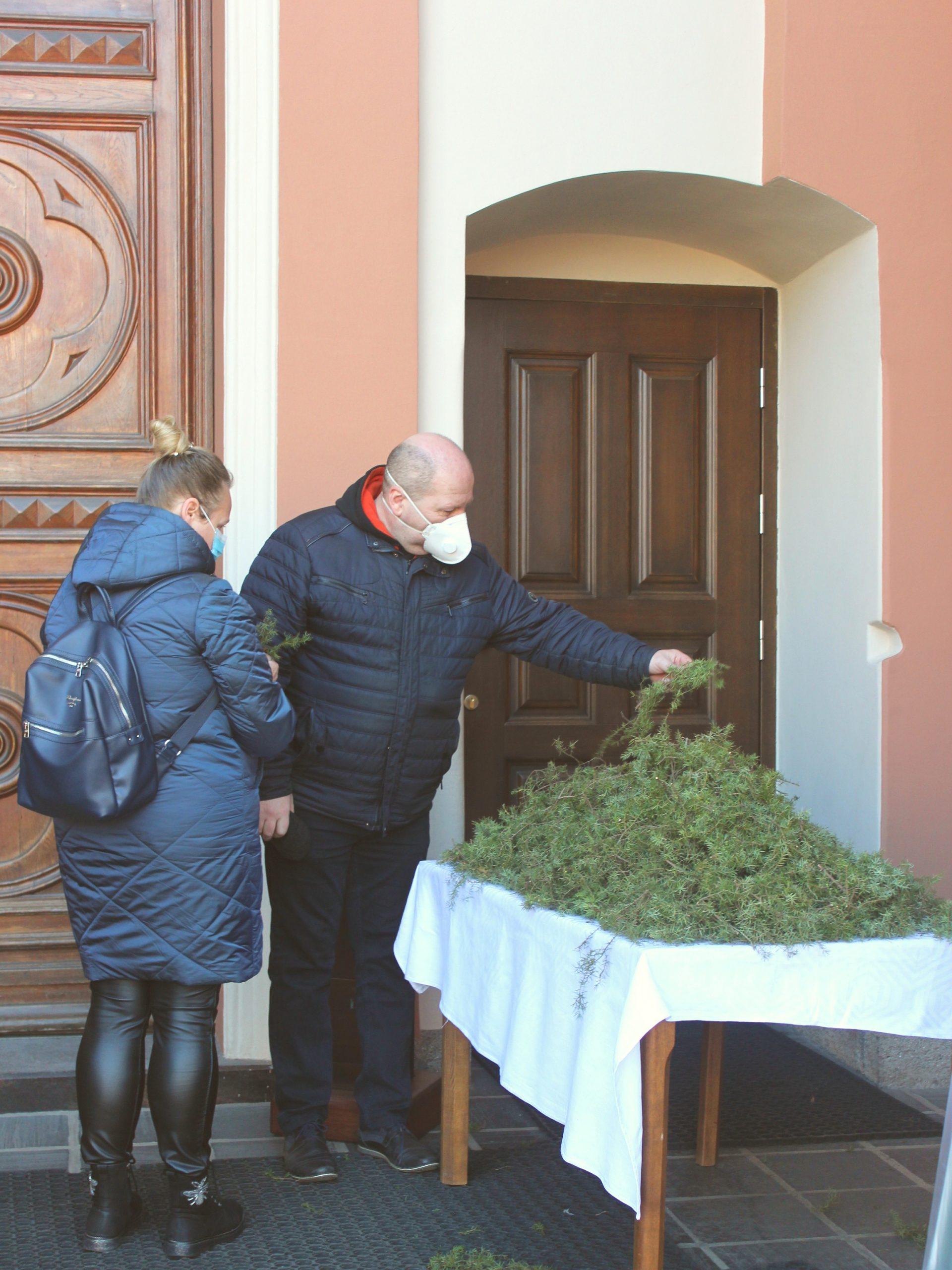 Verbų Sekmadienis - Pašventintos verbos prie bažnyčis durų